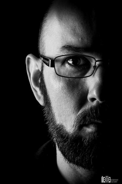 Portrety - sto twarzy w greyu